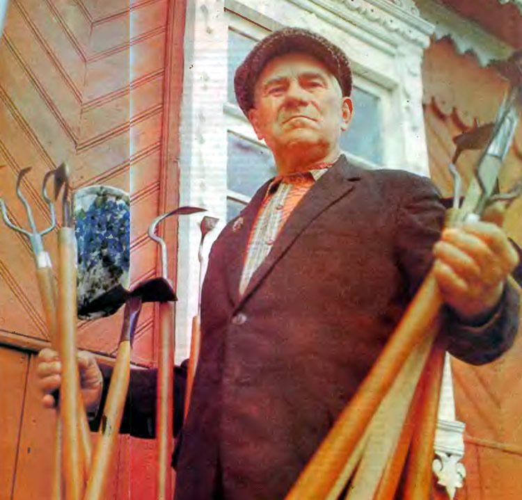 Н. А. Ковалевский демонстрирует инструмент собственного изготовления
