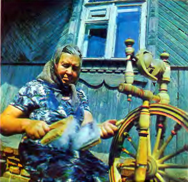 Ольга Васильевна Козлова за прялкой