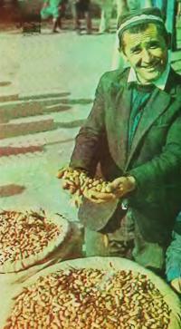Продавец земляного ореха на рынке